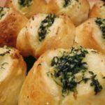 Нежные булочки с чесночком и ароматной зеленью покорят своим великолепным вкусом всю вашу семью!
