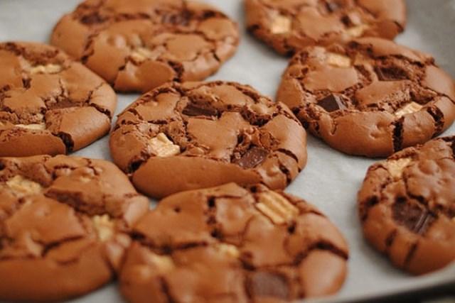 Печенье «Три шоколада» легко приготовить, получается с изумительным вкусом и сногсшибательным ароматом.