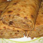 Пирог в лаваше из капусты с индейкой готовится быстро, но и очень быстро съедается.