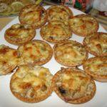 Салат в тарталетках с грибами! Необычная, яркая и очень простая в приготовлении закуска! Чтобы радоваться и радовать других, особых праздничных поводов не нужно! Попробуйте!