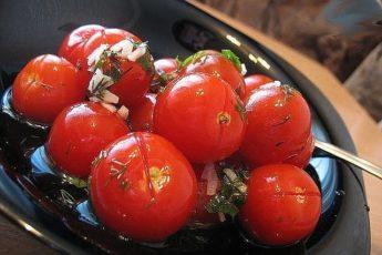 От таких малосольных помидоров с чесночком никто не откажется. Готовятся очень просто и быстро, вкус - изумительный.