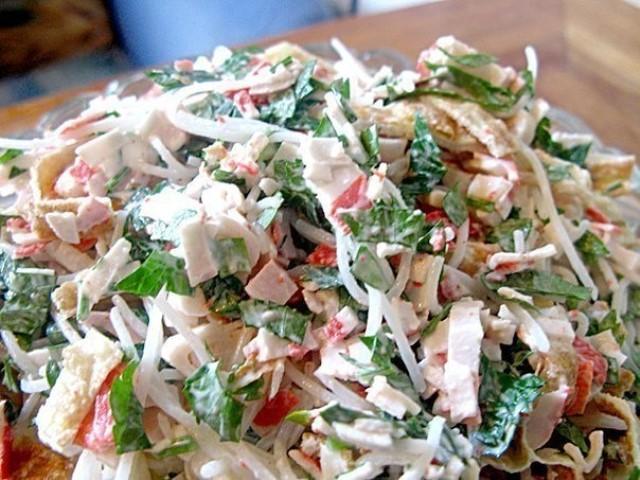 Сочный, очень легкий и аппетитный салат «Лакомка».