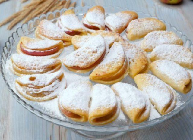Такое необычайно вкусное творожное печенье с яблоками точно влюбит в себя с первого кусочка.