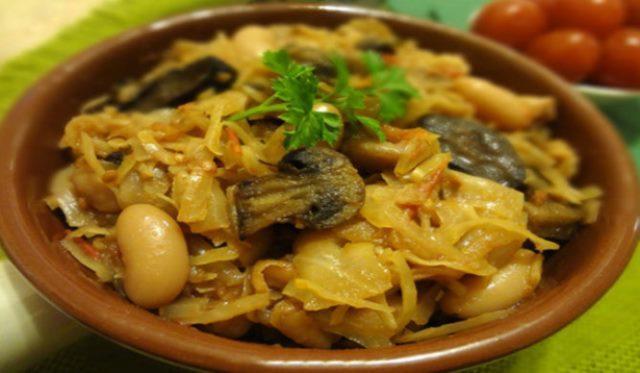 Тушеная капуста с грибами и фасолью, вкусный постный гарнир, который прекрасно разнообразит ваше меню.