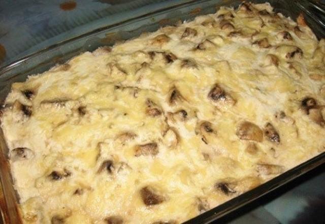 Вкуснейшая куриная запеканка с грибами отлично подойдёт для обеда или ужина.