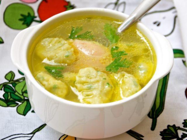 Обязательно приготовьте своим детишкам такой аппетитный кремовый куриный суп с клецками.