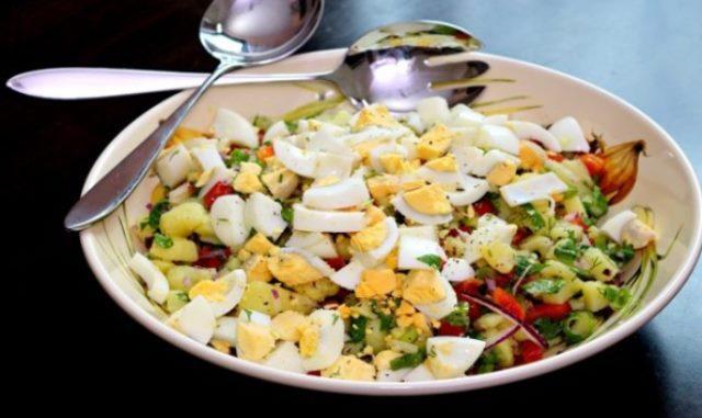 Сытный и в тоже время очень лёгкий турецкий картофельный салат – хочется съесть весь, до чего же вкусный.