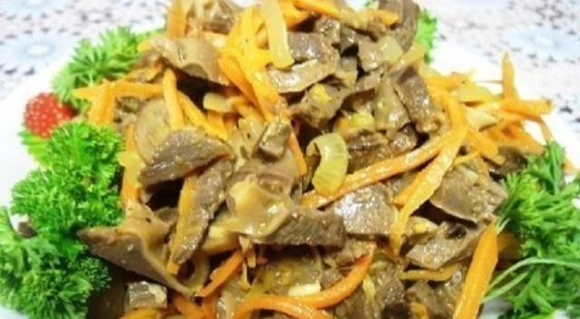 Великолепный салат с куриными желудками и корейской морковью - достойное украшение праздничного стола.