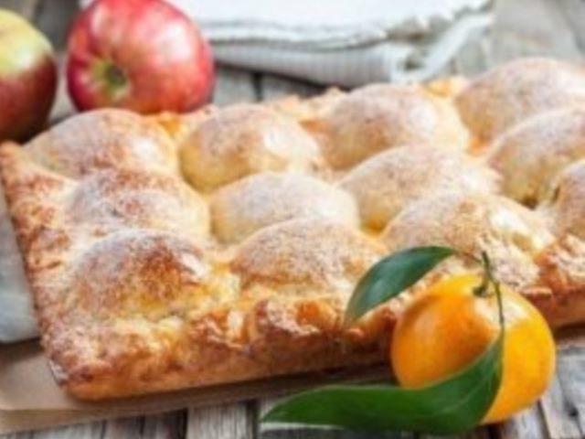 Делюсь с вами одним из своих любимых яблочных пирогов, давно проверен. Пирог удивительный! Во вкуснейшем творожном тесте прячутся половинки печеных яблок.