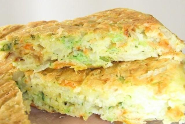 Неожиданно очень вкусная и легкая в приготовлении шарлотка с капустой.