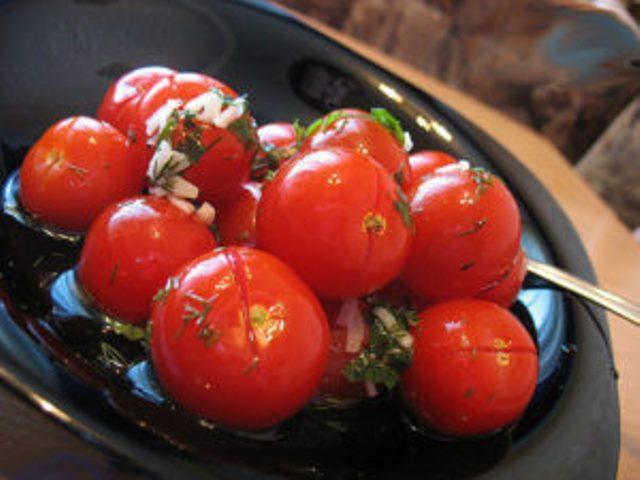 От таких малосольных помидоров с чесночком никто не откажется. Готовятся очень просто и быстро, вкус — изумительный.