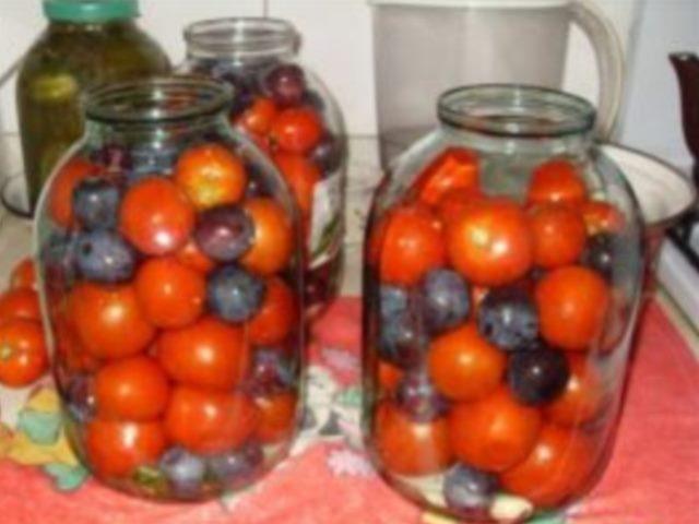 Такие помидорки с синими сливами просто открытие для хозяек. Вкусный малосоленый рассол... одним словом вкусно! Это нечто! Сохраните себе.