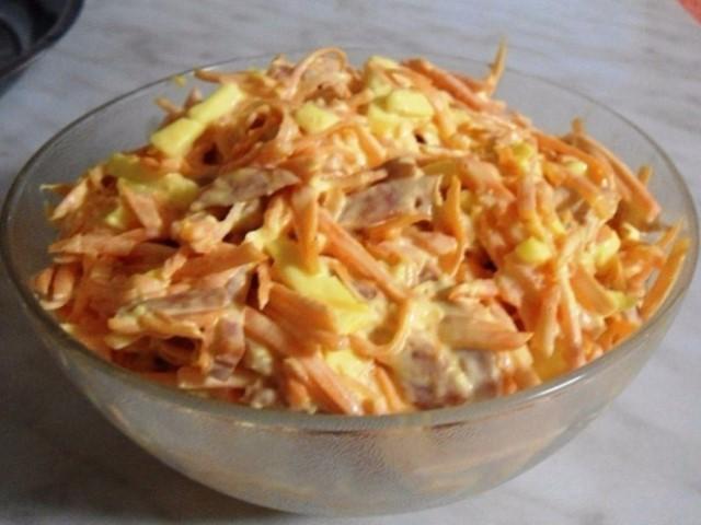 Вкусный и сытный салат из моркови с колбасой и сыром.