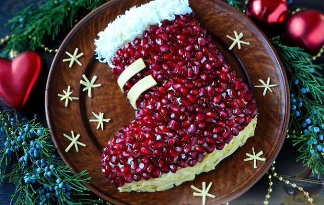 """Новогодний стол невозможно представить без ярких, оригинально оформленных салатов. Поэтому предлагаю порадовать ваших гостей салатом """"Новогодний сапожок""""."""