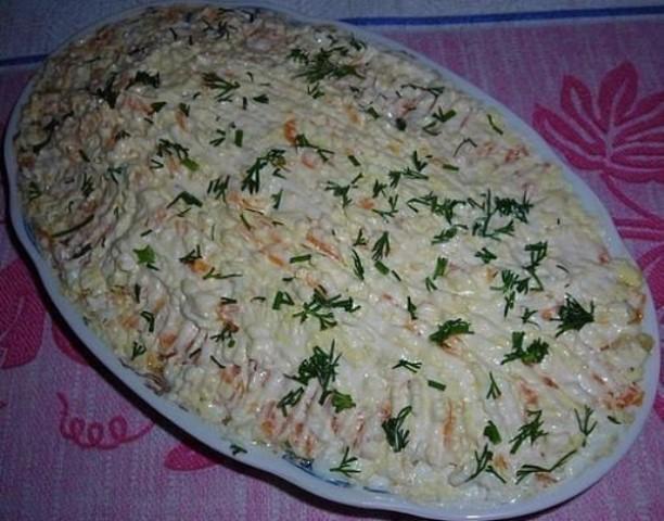 """Салат """"Шпротка"""" — сытный, вкусный салат, который совсем просто готовится."""