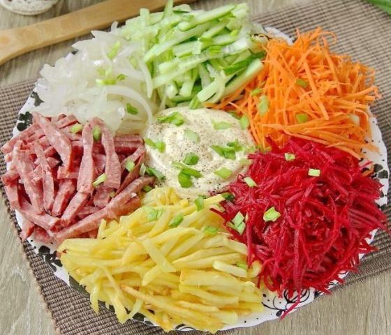 """Яркий, красивый и вкусный салат """"Огни Парижа"""" украсит любой праздничный стол."""